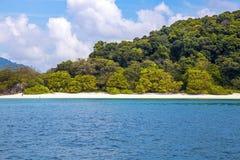 Bella spiaggia e mare tropicale Immagini Stock Libere da Diritti