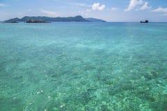 Bella spiaggia e mare tropicale Fotografia Stock
