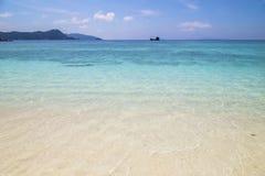 Bella spiaggia e mare tropicale Immagine Stock Libera da Diritti