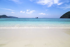 Bella spiaggia e mare tropicale Immagini Stock