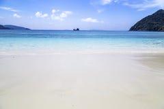 Bella spiaggia e mare tropicale Fotografie Stock Libere da Diritti