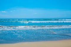 Bella spiaggia e mare tropicale fotografia stock libera da diritti