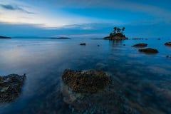 Bella spiaggia nell'ambito della luce di sera Fotografia Stock