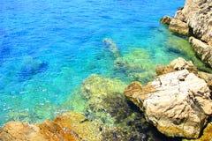 Bella spiaggia rocciosa Immagini Stock Libere da Diritti