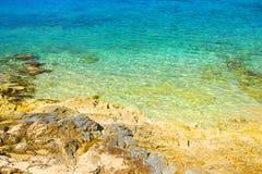 Bella spiaggia rocciosa Immagini Stock