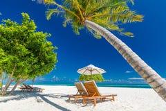 Bella spiaggia Sedie sulla spiaggia sabbiosa vicino al mare Vacanza estiva e concetto di vacanza per turismo Paesaggio meraviglio fotografia stock