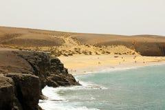Bella spiaggia selvaggia con le dune del deserto e le rocce, Playas de Papagayo, Lanzarote, isole Canarie Immagine Stock