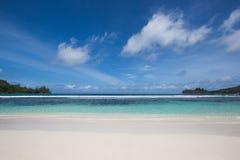 Bella spiaggia in Seychelles Immagini Stock