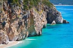 Bella spiaggia soleggiata circondata Immagini Stock Libere da Diritti
