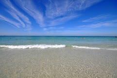 Bella spiaggia sotto il sole Fotografia Stock