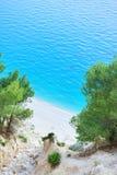 Bella spiaggia sotto un'alta scogliera Immagini Stock Libere da Diritti