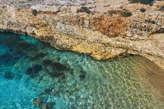 Bella spiaggia stessa fra le rocce immagine stock libera da diritti