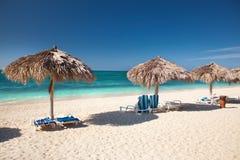 Bella spiaggia tropicale all'isola dei Caraibi Immagini Stock Libere da Diritti
