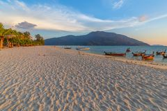 Bella spiaggia tropicale alla spiaggia di alba, isola di Koh Lipe, Satun, Tailandia fotografia stock