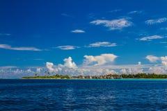 Bella spiaggia tropicale con i bungalow dell'acqua in Maldive Fotografia Stock Libera da Diritti