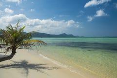 Bella spiaggia tropicale con la sabbia bianca ed acqua blu della radura Isola di Phu Quoc, Vietnam immagine stock