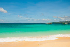 Bella spiaggia tropicale con la sabbia pulita ed il chiaro mare Boracay, Filippine Immagine Stock