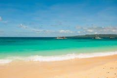 Bella spiaggia tropicale con la sabbia pulita ed il chiaro mare Boracay, Filippine Immagine Stock Libera da Diritti