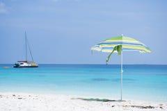 Bella spiaggia tropicale con la spuma blu calma del mare Fotografia Stock Libera da Diritti
