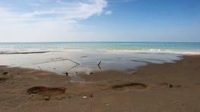 Bella spiaggia tropicale con la vista, le acque pulite & il cielo blu del mare stock footage