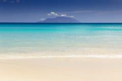 Bella spiaggia tropicale praticante il surfing della sabbia Fotografie Stock Libere da Diritti