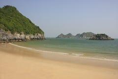 Bella spiaggia vuota, isola del Ba del gatto, baia di Halong, Immagine Stock