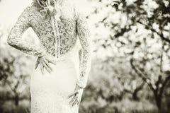 Bella sposa all'aperto nel parco, vista posteriore Fotografia Stock