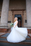 Bella sposa all'aperto sposa con il mazzo dei fiori all'aperto Bella sposa che propone in suo giorno delle nozze Fotografie Stock Libere da Diritti