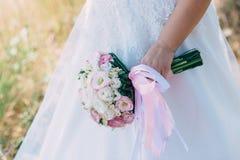 Bella sposa all'aperto in una foresta Immagini Stock Libere da Diritti