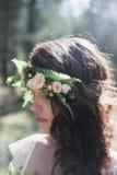 Bella sposa alla moda nella foresta Fotografie Stock Libere da Diritti