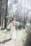 Bella sposa alla moda nella foresta Immagini Stock Libere da Diritti