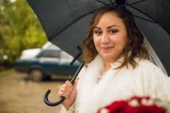 Bella sposa alla moda ricca stupefacente sotto l'ombrello nero Fotografie Stock Libere da Diritti