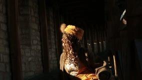 Bella sposa bionda in vestito etnico al castello medievale archivi video
