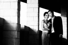 Bella sposa castana sensuale e sposo bello che abbracciano alla s Fotografie Stock