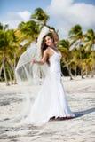 Bella sposa caucasica che posa ad una spiaggia tropicale Immagine Stock