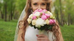 Bella sposa che fiuta i fiori vicino su video d archivio