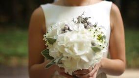 Bella sposa che fiuta i fiori vicino su stock footage