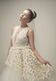Bella sposa che porta il vestito da cerimonia nuziale lussuoso fotografia stock