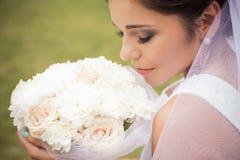 Bella sposa che prepara sposarsi in vestito ed in velo bianchi Fotografia Stock Libera da Diritti
