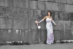 Bella sposa che si leva in piedi vicino alla parete del grunge Immagini Stock Libere da Diritti