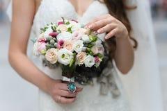 Bella sposa con il mazzo dei fiori fotografia stock