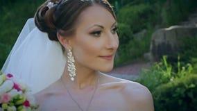 Bella sposa con il mazzo di nozze video d archivio