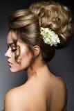 Bella sposa con l'acconciatura di cerimonia nuziale di modo Fotografie Stock