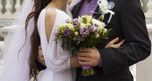 Bella sposa con un bacio Fotografie Stock