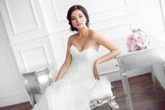 Bella sposa Concetto di lusso del vestito da modo di trucco dell'acconciatura di nozze Fotografia Stock
