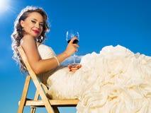 Bella sposa davanti al cielo blu Immagini Stock Libere da Diritti