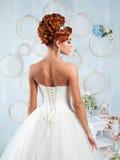 Bella sposa della testarossa con i fiori Fotografia Stock Libera da Diritti
