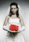 Bella sposa di smiley con il mazzo di fiori Fotografie Stock Libere da Diritti