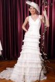 Bella sposa felice del brunette con il cappello ed il velare Immagine Stock Libera da Diritti