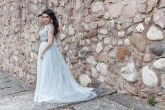 Bella sposa felice sveglia della ragazza in vestito da sposa leggero che cammina nel parco immagini stock libere da diritti